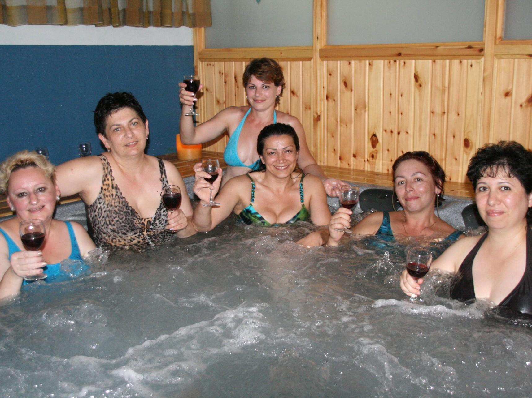 נשים ביום כיף קבוצתי בג'קוזי